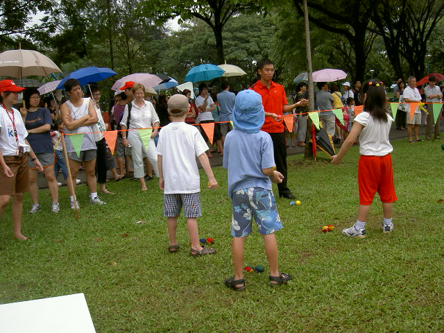 Children learn how to juggle   JimmyJuggler